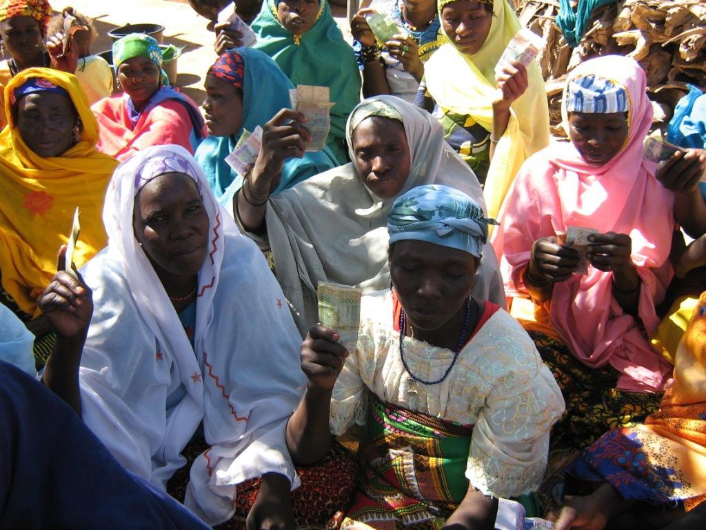 dankbare Frauen nach der Vergabe von Mikrokredite